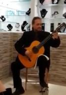 """Классическая гитара в Галерее """"Вернисаж"""" в Ткоа"""